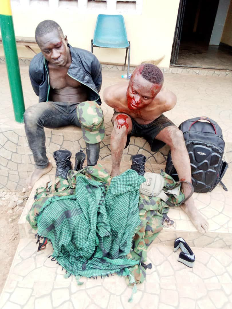 Police rescue two suspected robbers in army uniform from angry mob