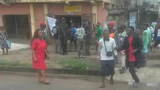 VIDEO: NSCDC officer kills unarmed man in Aba, residents protests with victim's corpse