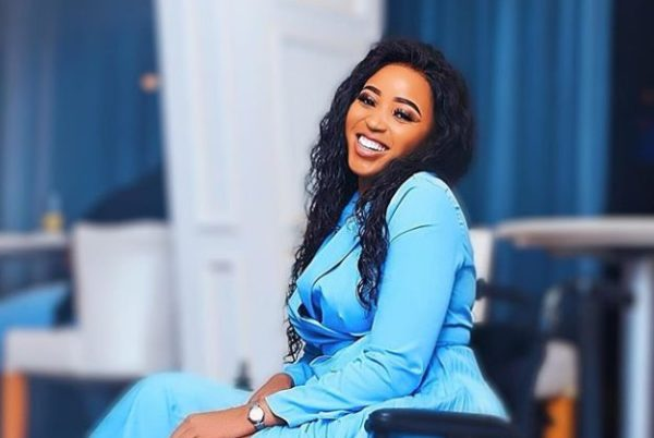 """Sbahle Mpisane does the """"John Vuli Gate"""" dance with 4 men – Watch"""