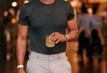 Mzansi react to Andile Ncube recent picture, noticing the booze in the background