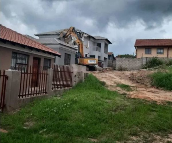 South African man reportedly demolishes the house he built for his girlfriend after she ended their relationship – Video